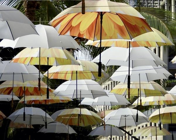 La via degli ombrelli colorati